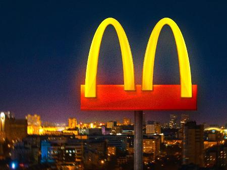 """McDonald's afasta arcos dourados de seu """"M"""" em ação simbólica contra coronavírus"""